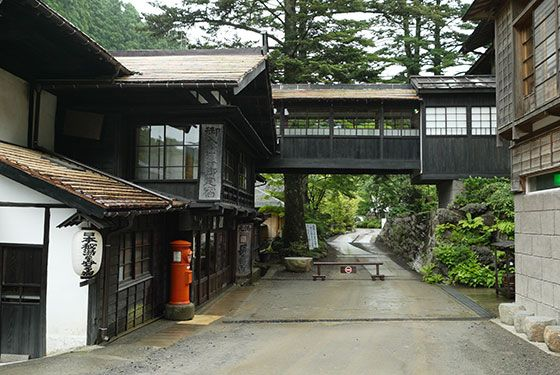 「日本秘湯を守る宿」の提灯を掲げる長壽館